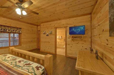 Large King Bedroom with Flatscreen TV Sleeps 14 - 1 Amazing Lodge