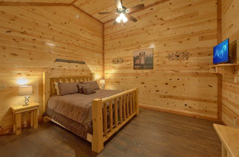 Spacious King Bedroom with Flatscreen TV - 1 Amazing Lodge