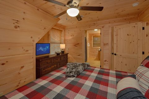 Master Bedroom with King Bed Sleeps 12 - 3 Little Bears