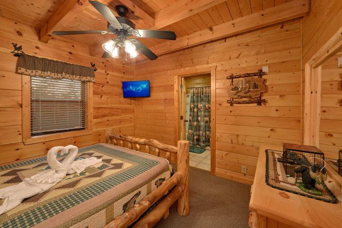 3 Bedroom Cabin Sleeps 6 Main Floor Bedroom - 4 Paws