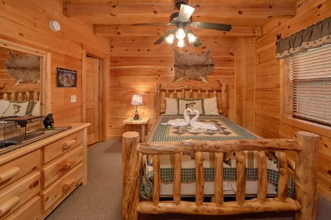 2 Main Floor Bedrooms Cabin Sleeps 6 - 4 Paws