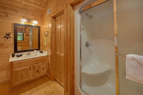 Master Bathroom 3 Bedroom Cabin Sleeps 6 - 4 Paws