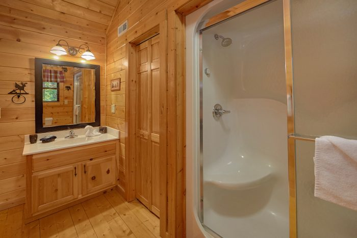 Master Bathroom 3 Bedroom Cabin Sleeps 6 - 4 Paws