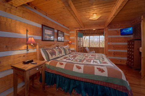 King bedroom in Rustic 2 bedroom cabin - A Bear Adventure