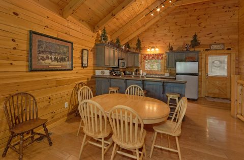 2 bedroom cabin with Dining Room for 8 - A Bear Affair