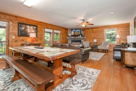 Spacious 5 Bedrrom Cabin Sleeps 20 - A Bear Creek