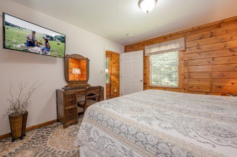 Main Floor Master Bedroom 5 Bedroom Gatlinburg - A Bear Creek