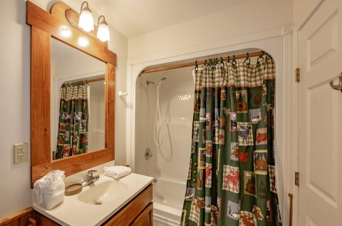 Gatlinburg 5 Bedroom 4 Bath Cabin Sleeps 20 - A Bear Creek