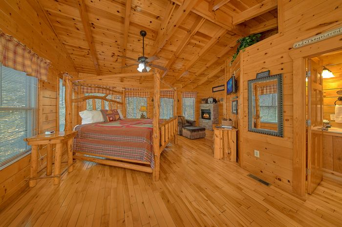 King Sized Master Suite in Cabin - A Bear Encounter