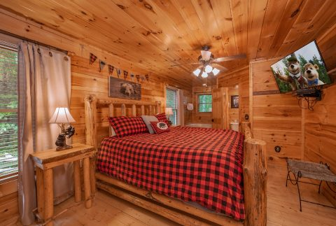 Luxury 2 Bedroom Cabin with King Bed and TV - A Bear's View