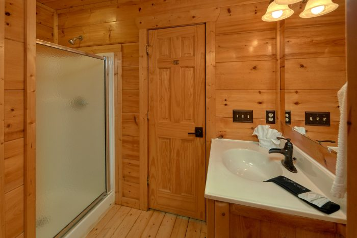 King Bedroom with Connecting Full Bathroom - A Bear's View