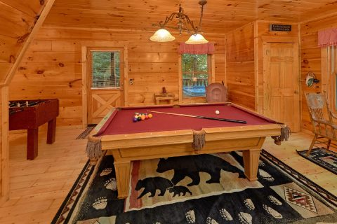 Luxury Cabin with Large Game Room and Pool Table - A Bear's View