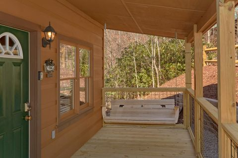 Smoky Mountain 2 Bedroom Cabin with Porch Swing - A Beary Special Place