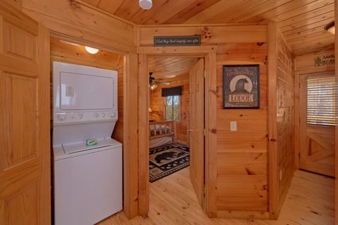 2 Bedroom Cabin with Washer and Dryer - A Beary Special Place