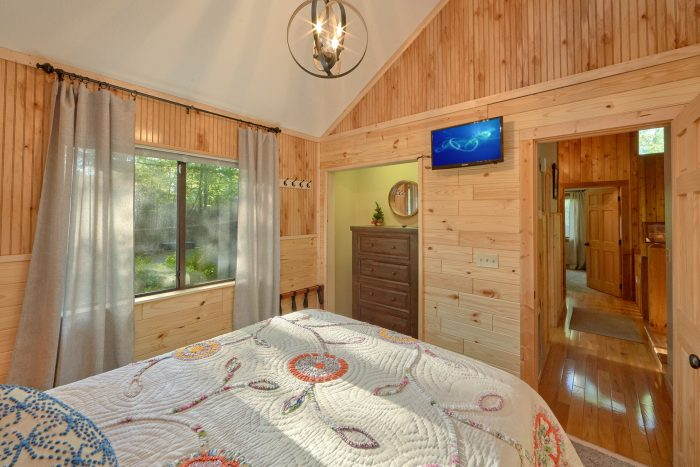 Spacious Queen bedroom in 4 bedroom cabin - A Fieldstone Lodge