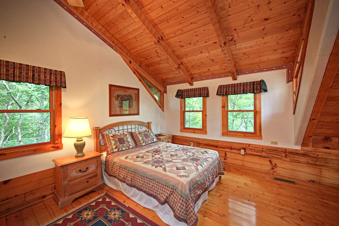 Queen bedroom in Cabin - A Hidden Mountain 360