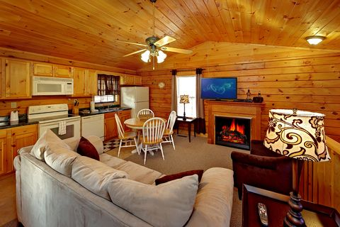2 bedroom Cabin Near Dollywood with Living Room - A Hilltop Heaven