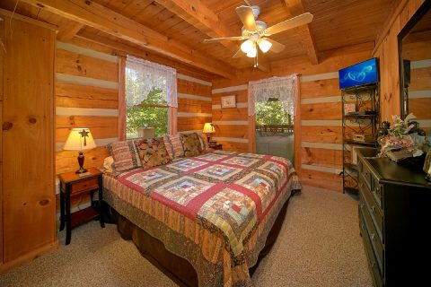 Cozy Cabin with King size Master Suite - A Hummingbird Hideaway