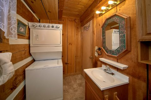 2 Bedroom Cabin with Washer and Dryer - A Hummingbird Hideaway