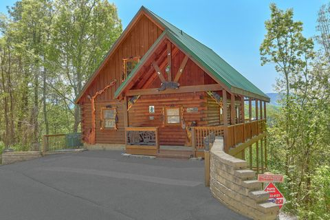 Secluded 3 bedroom cabin with mountain views - A Lazy Bear's Hideaway