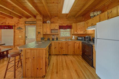Cabin with Private King Master Bedroom - A Lazy Bear's Hideaway