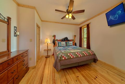 Master Bedroom with Bath in 3 bedroom cabin - A Lazy Bear's Hideaway