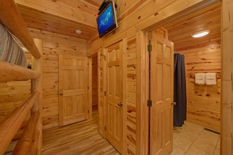 Queen Bunk bedroom with TV and bathroom - A Perfect Stay