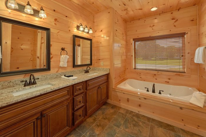Private bathroom with Jacuzzi in 3 bedroom cabin - A River Retreat