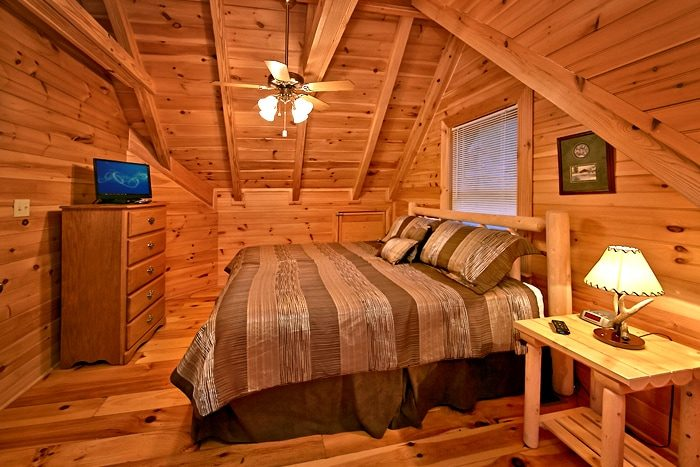 Luxurious 2 Bedroom Cabin that sleeps 8 - A Rocky Top Memory