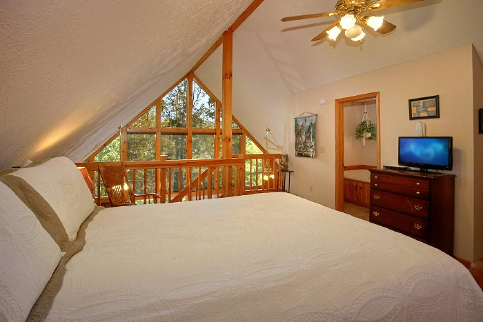 Cabin with Queen bedroom and Views from loft - A Ruff Life