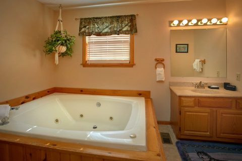 3 Bedroom Cabin with Private Bath and Jacuzzi - A Ruff Life