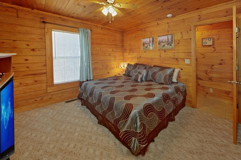 1 Bedroom Cabin with Spacious King Bedroom - A Smoky Hideaway