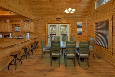Rustic 4 bedroom cabin with spacious dining room - A Smoky Mountain Experience