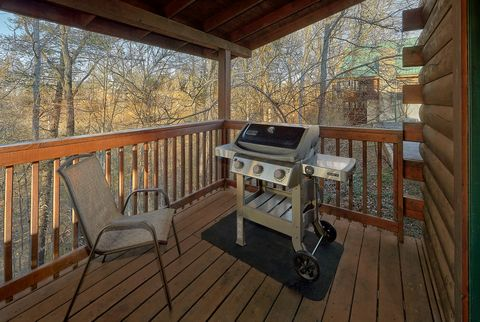 4 Bedroom cabin with Grill and wooded view - A Smoky Mountain Experience