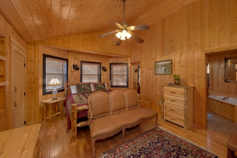 Spacious King bedroom in 5 bedroom cabin - A Stunning View