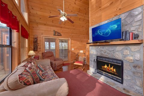 Rustic 2 Bedroom Cabin with Wood Fireplace - A Wolf's Den