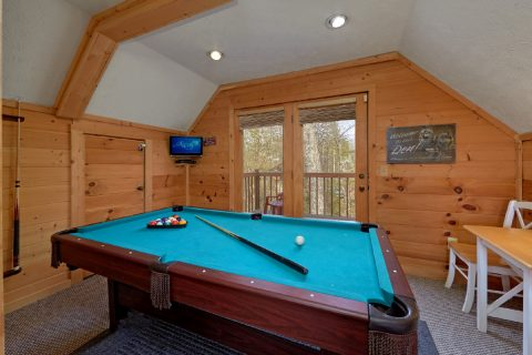 2 Bedroom Cabin with Pool Table Sleeps 7 - A Wolf's Den