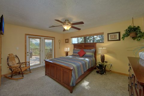 Queen bedroom with Private Bathroom in cabin - Above the Rest