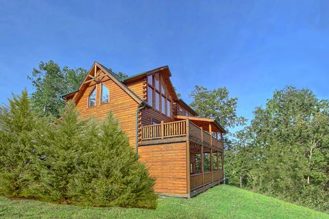 Premium 4 bedroom cabin with 2 decks and hot tub - Absolutely Viewtiful