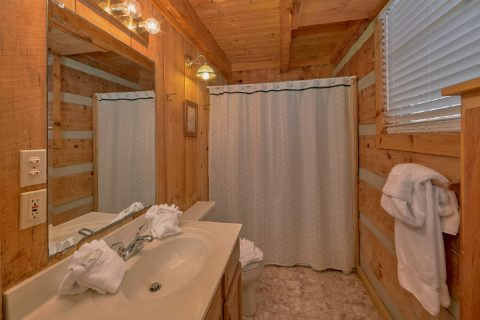 Private bathroom in spacious 1 bedroom cabin - All By Grace