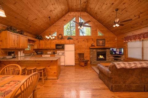 Spacious 2 bedroom cabin with fireplace - Almost Heaven
