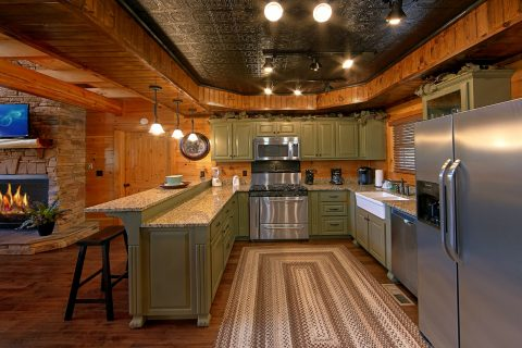 Luxury Cabin with Full Kitchen and Dining Room - Alpine Mountain Lodge