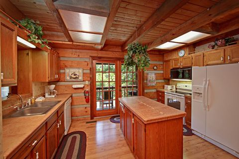 Family Size Cabin with Full Kitchen - Amazing Majestic Oaks