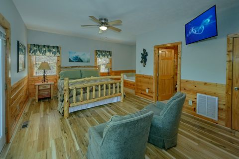1 bedroom cabin King bedroom with sitting area - Angel Haven