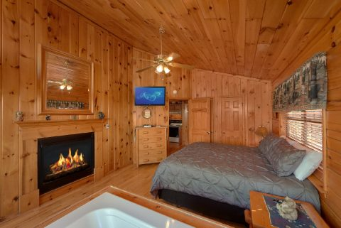 Honeymoon Cabin with Fireplace and Jacuzzi Tub - Angels Attic