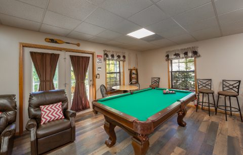 Rustic 3 Bedroom Cabin with Pool Table - Appalachian Bear Den