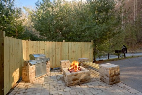 Luxury Cabin with Fire Pit and Outdoor Grill - April's Diamond