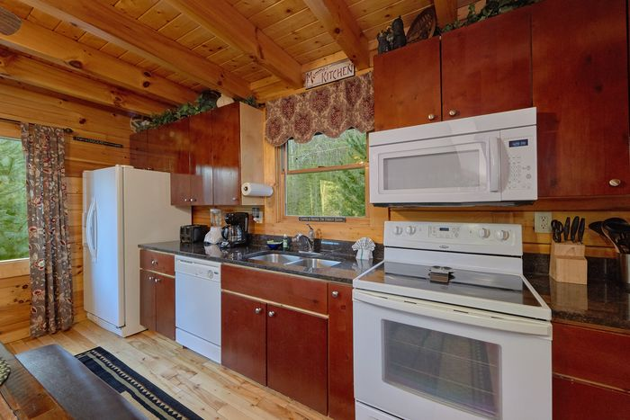 Spacious cabin with full kitchen and dining room - April's Diamond