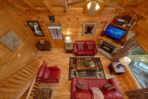 Spacious 3 level cabin with stone fireplace - April's Diamond