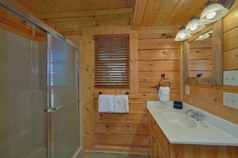 Jacuzzi Tub 3 bedroom Cabin Sleeps 13 - Aurora